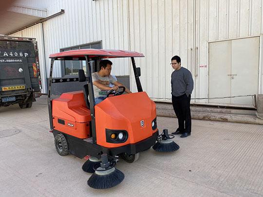 驾驶式扫地车能扫水吗